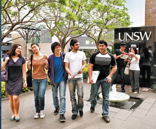 Estudiar en Australia (estudiantes en un campus universitario)