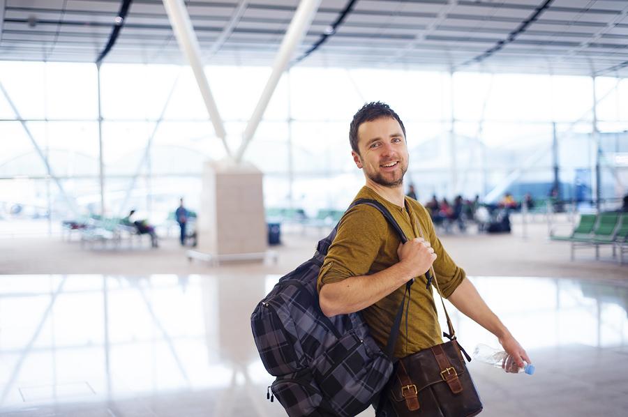 Joven viajero en aeropuerto