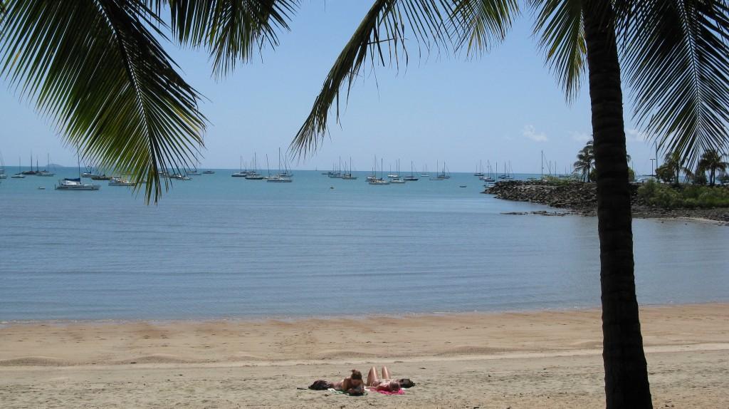 Vivir en Australia es vivir sin aglomeraciones (playa semivacía de Airlie Beach)