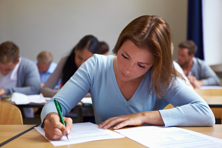 Exámenes de inglés en Australia (gente examinándose)