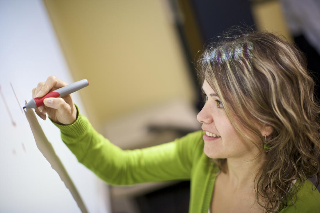 Cuánto cuesta estudiar en Australia (foto de estudiante escribiendo en una pizarra)