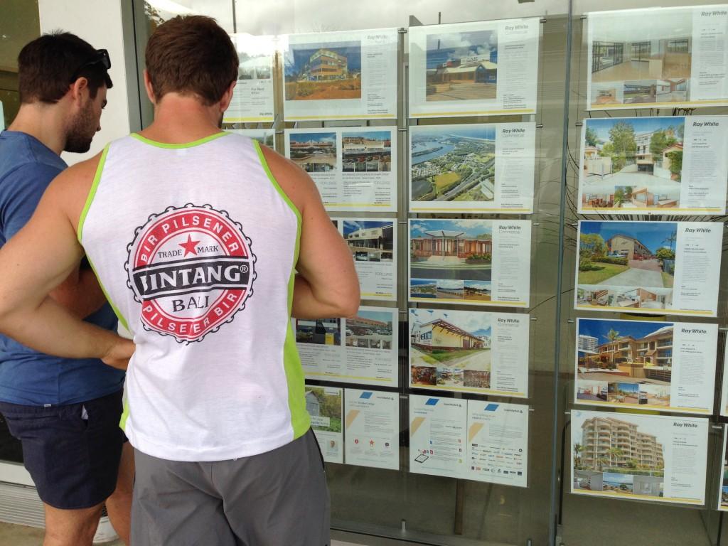 Coste del alojamiento en Australia (chicos mirando anuncios de viviendas)